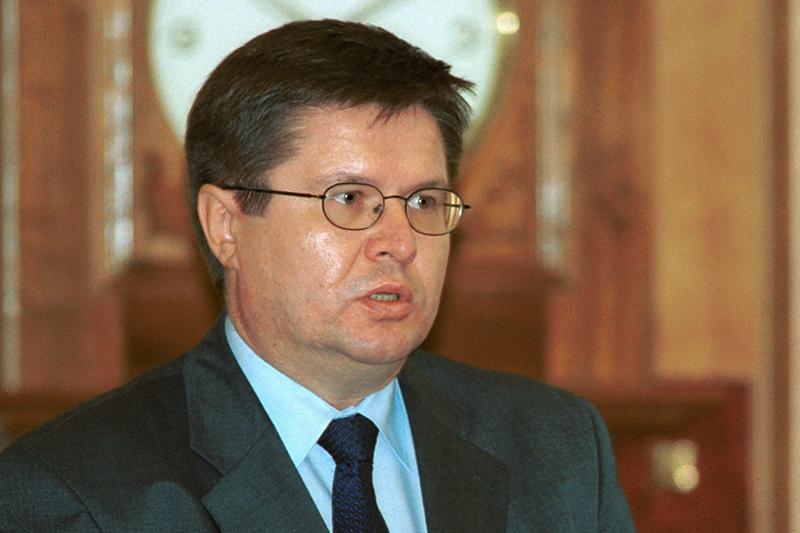 Первый заместитель министра финансов РФ Алексей Улюкаев выступает сдокладом назаседании правительства России. 15 сентября 2000 года  