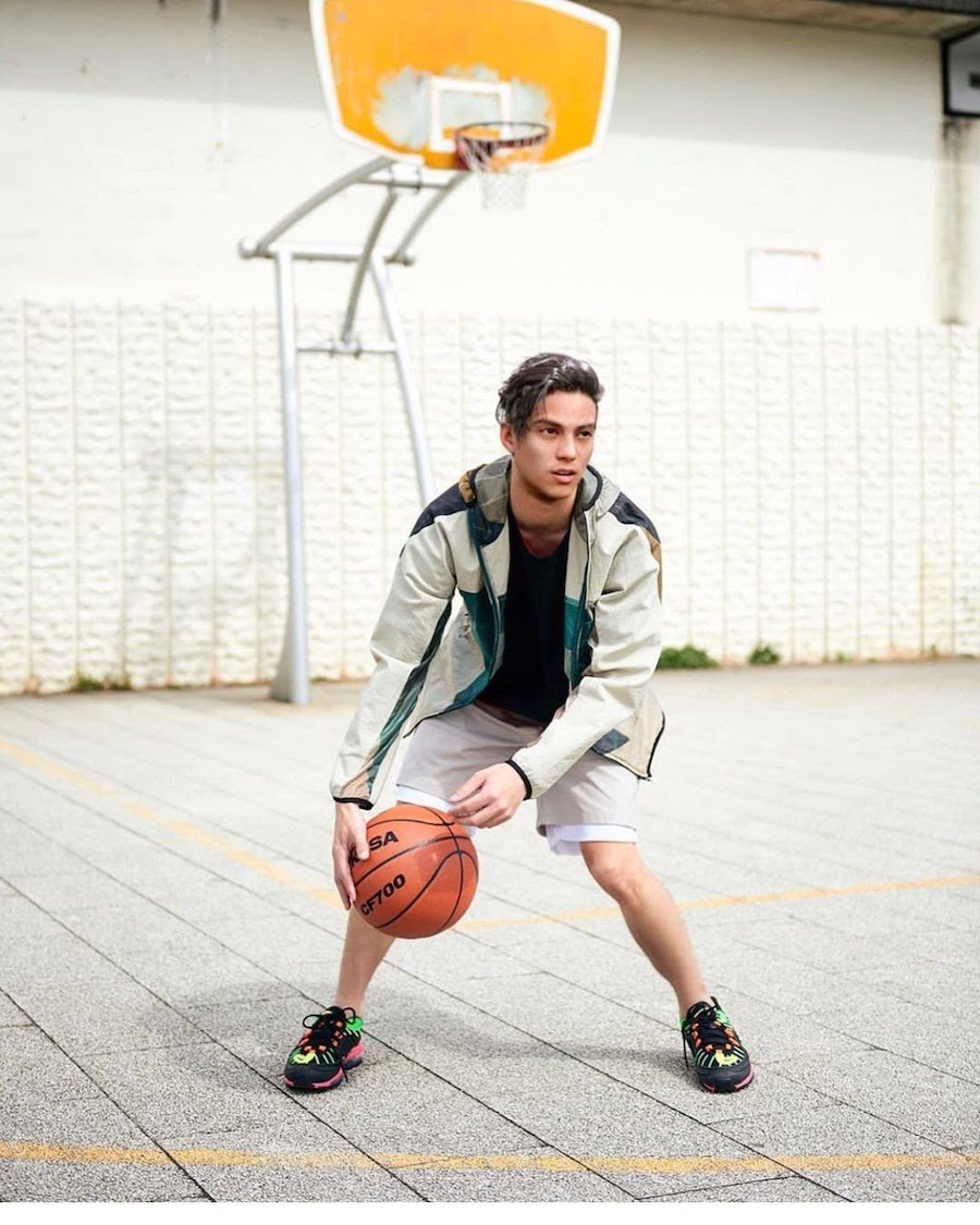 Виртуальный инфлюенсер Лиам играет в баскетбол