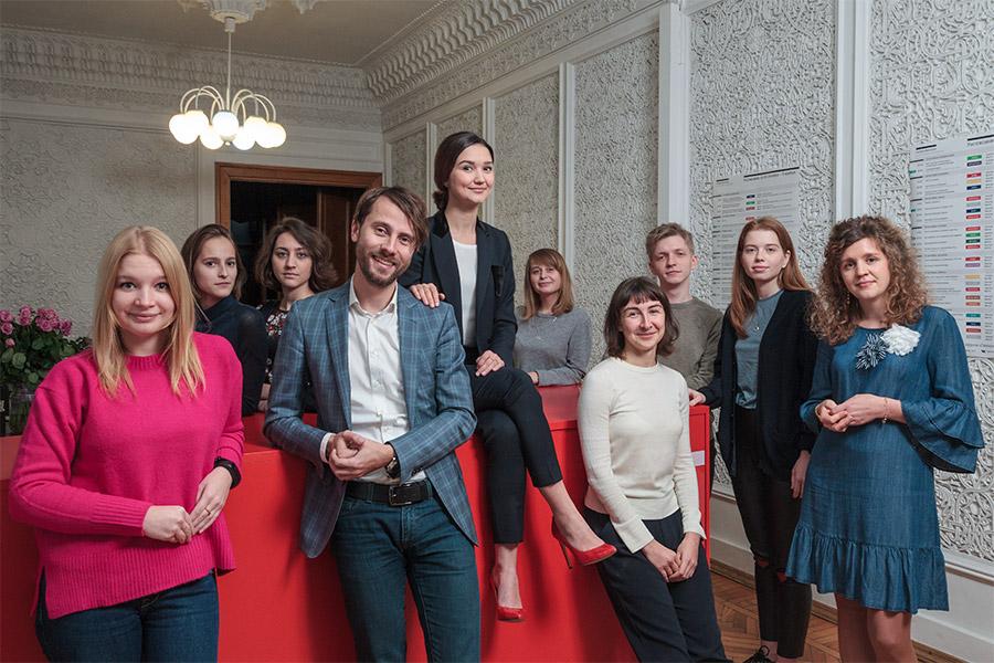 Мария Бородецкая, Андрей Лобанов (четвертый слева) и сотрудники лектория «Синхронизация»