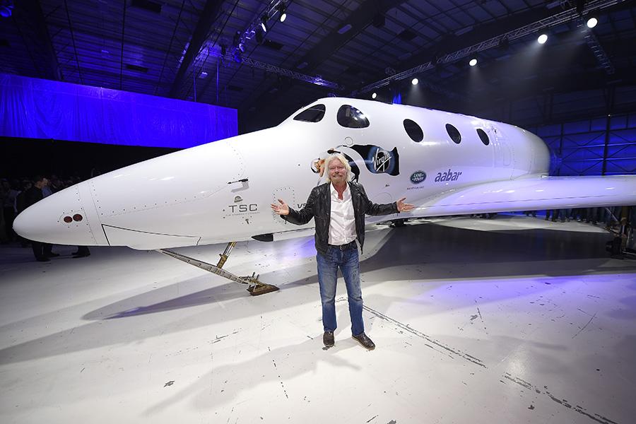Ричард Брэнсон перед космическим кораблем SpaceShipTwo от Virgin Galactic