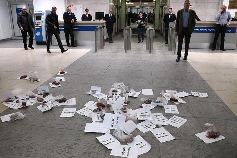 Во время акции протеста валютных заемщиков «Продаю почку» вофисе банка ВТБ24