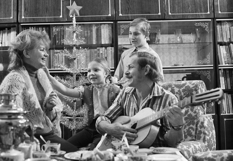 Сталевар Федор Закиров иего семья впредновогодний вечер. 1984 год
