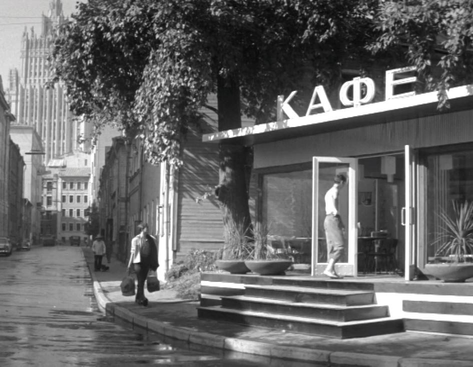 Кривоарбатский переулок в фильме «Я шагаю по Москве». 1964 год