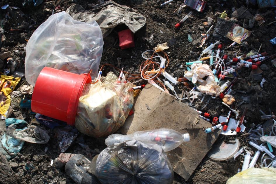 По словамместных жителей, медицинские материалы были обнаружены на валке вблизи дороги на Московку