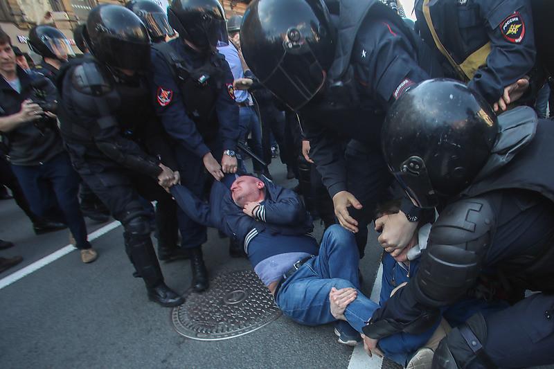 Полиция задерживает участников первомайской демонстрации в Петербурге