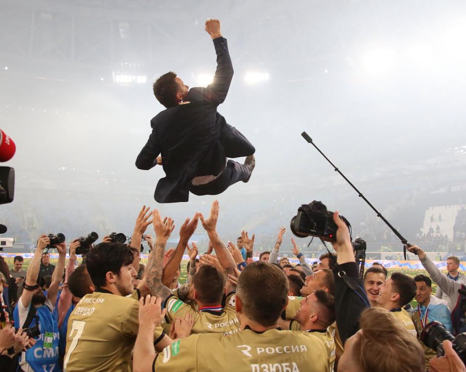 Игроки «Зенита» качают главного тренера Сергея Семака во время празднования победы в чемпионате России