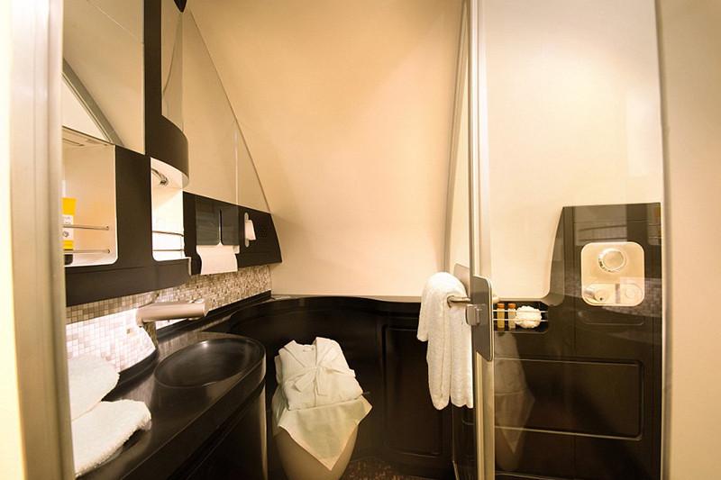 Ванная комнатав апартаментах на лайнере А380-800 авиакомпании Etihad
