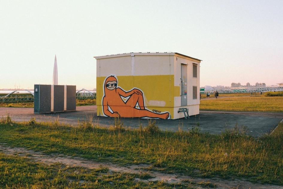 Граффити с ленивцем