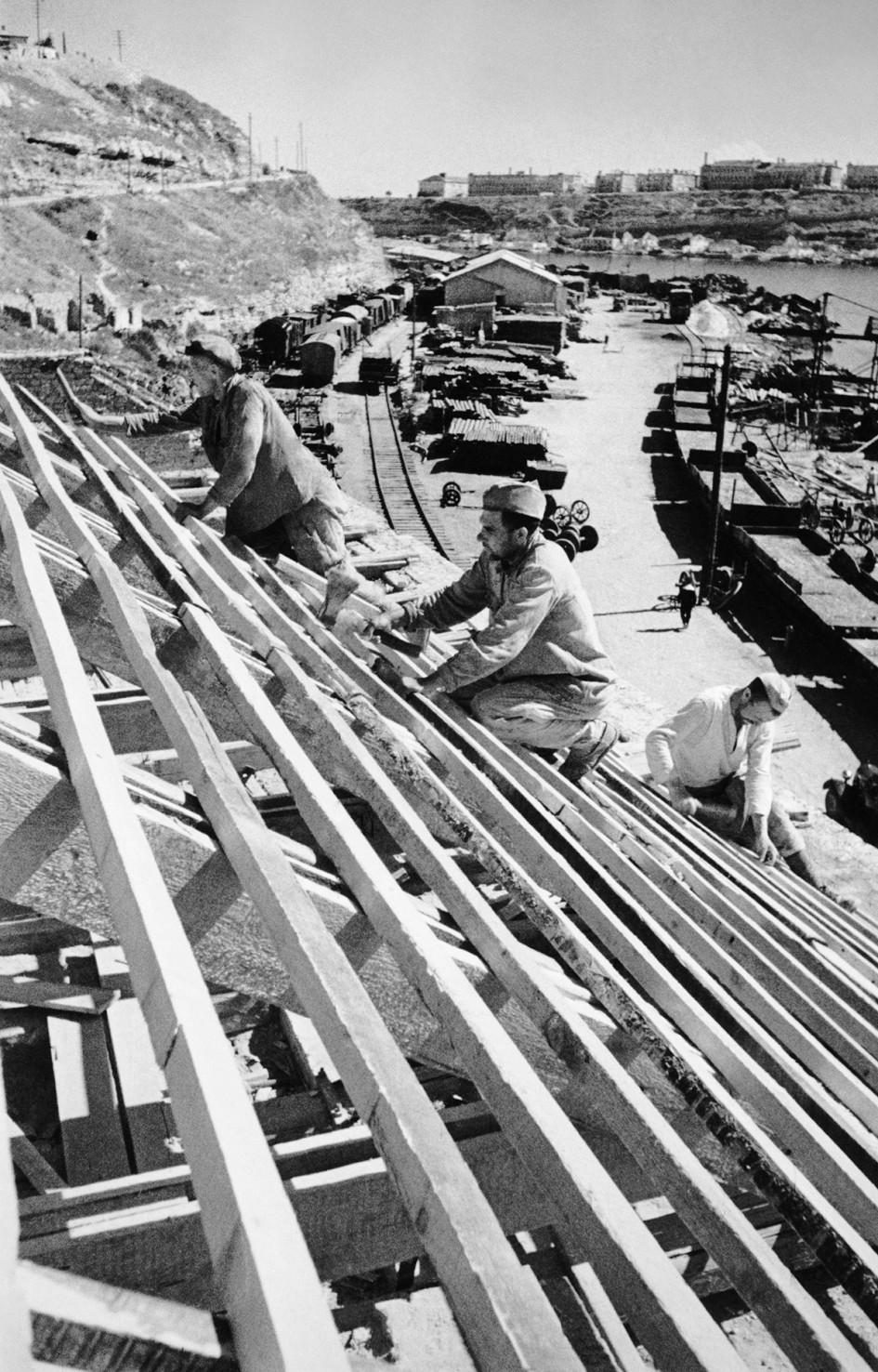 Жители Севастополя во время работ по восстановлению портовых сооружений после освобождения города от немецко-фашистских захватчиков. 1944 год