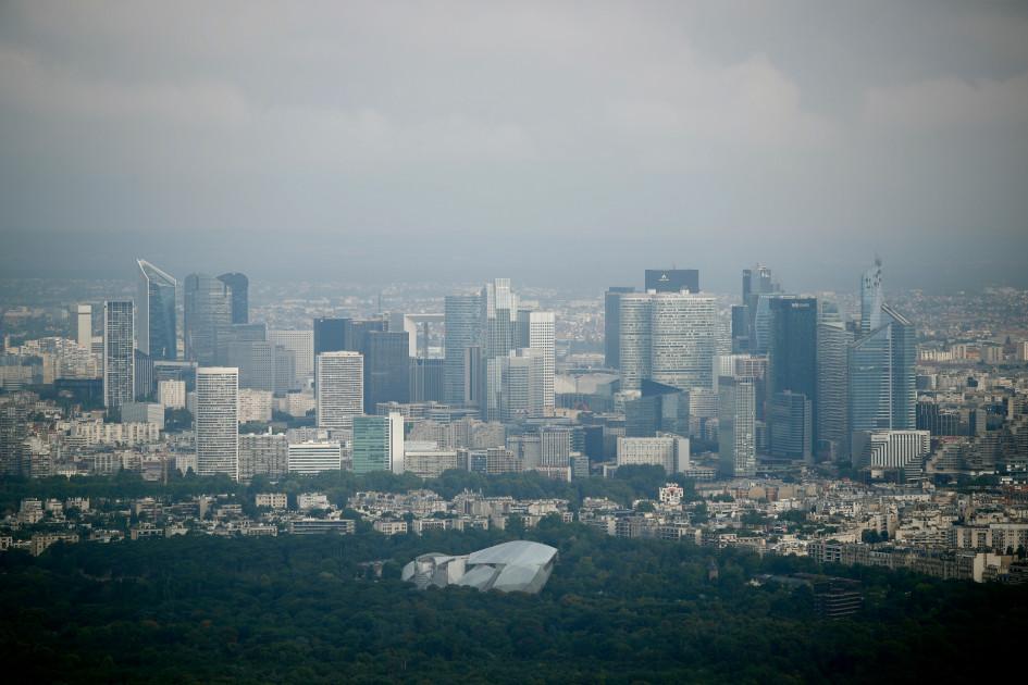 Вид на высотный комплекс La Défense в Париже