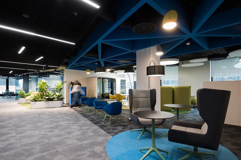 В офисе установлены телефонные кабины и переговорные для уединенной работы сотрудников.Также есть столы с возможностью перегруппировки под задачи рабочих групп