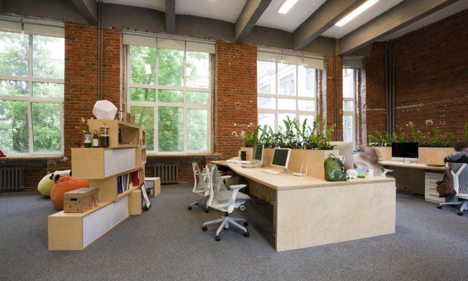 Брутальность офиса разбавляют зеленые растения. Они несут в довольно лаконичное пространство нотку свежести и домашнего уюта