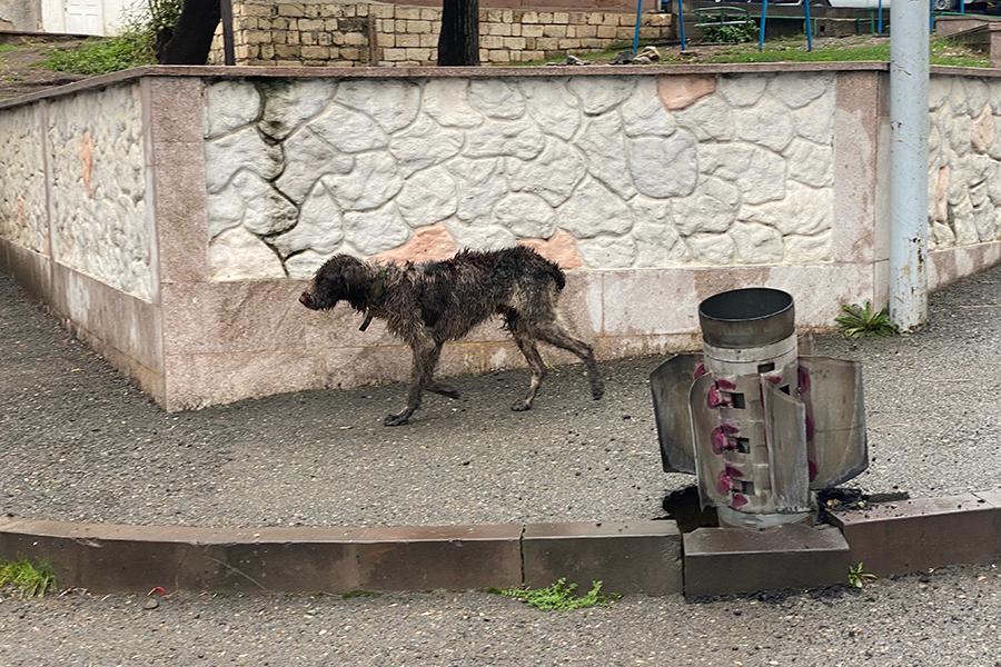 Неразорвавшийся снаряд реактивной системы залпового огня «Смерч» на улице Степанакерта
