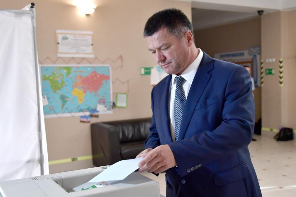 Временно исполняющий обязанности губернатора Приморского края Андрей Тарасенко во время голосования на выборах губернатора