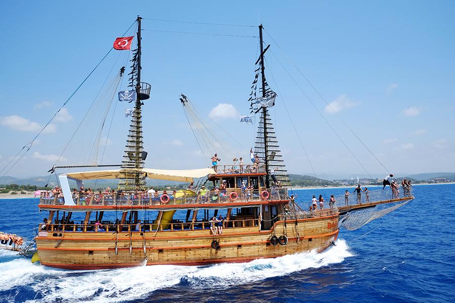 Корабль с туристами в Антальи