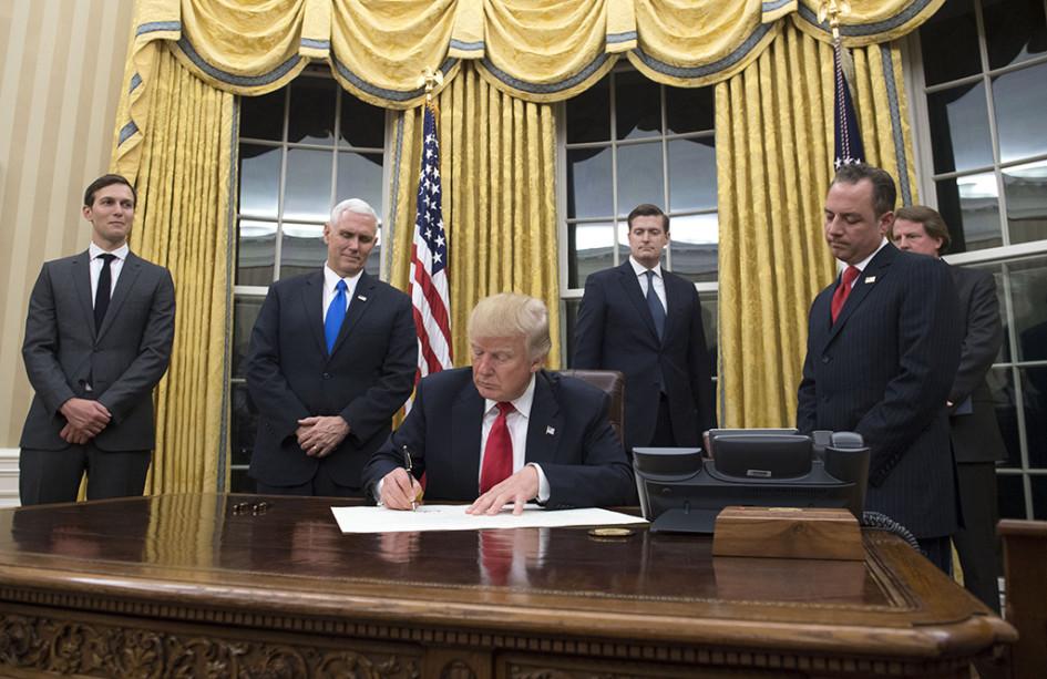 Дональд Трамп вОвальном кабинете 20 января 2017 года