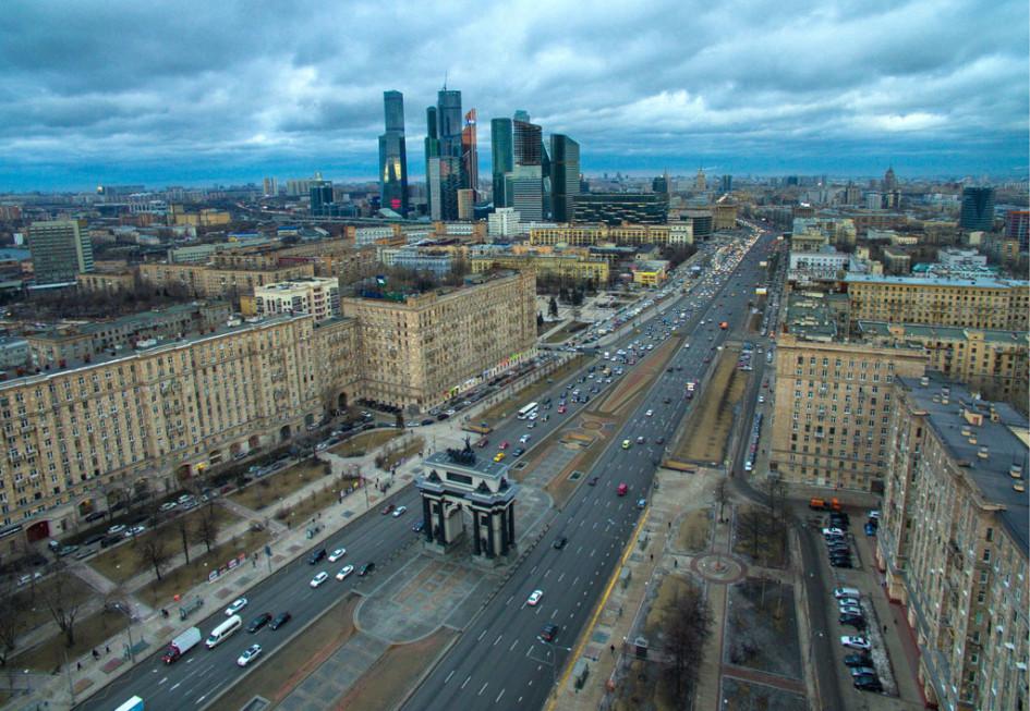 Вид наТриумфальную арку иКутузовский проспект