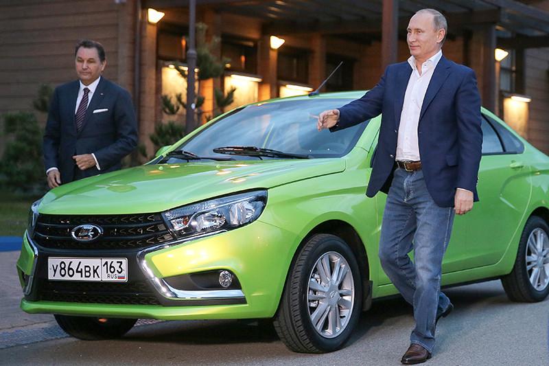Президент АвтоВАЗа Бу Андерссони президент России Владимир Путин (слева направо) у автомобиля Lada Vesta