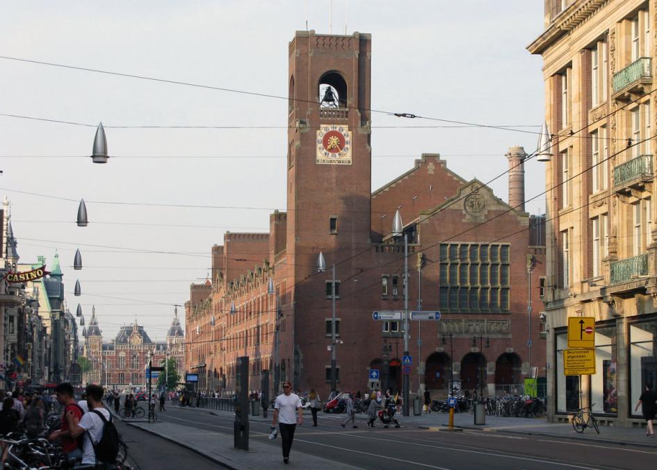 Амстердамская биржа несколько раз переезжала. Здание на фото называется Beurs van Berlage, здесь биржа Амстердама работала прежде. Сейчас здание переоборудовали в концертный зал, а торги проходят в другом месте