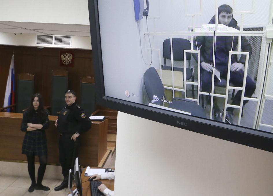 Заур Дадаев по видеосвязи из СИЗО во время рассмотрения в Мосгорсудеапелляционной жалобы на арест, 1 апреля 2015 года