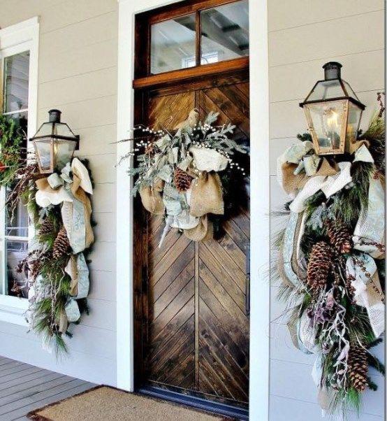 Декорирование входной двери загородного дома новогодним венком