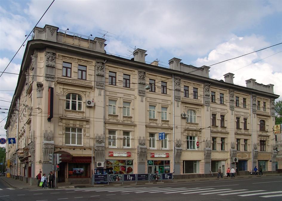 Этот доходный дом хлеботорговца Ф. С. Рахманова был построен в 1898-1899 гг. архитектором Дриттенпрейсом. В Москве он был одним из первых доходных домов в стиле модерн