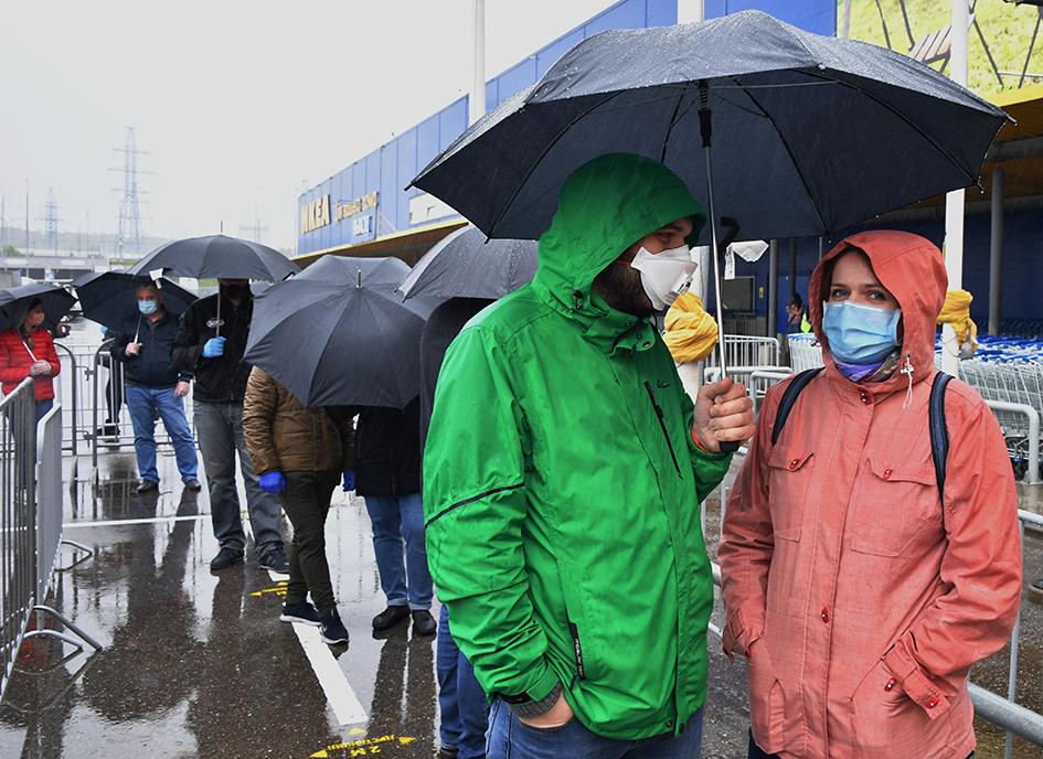 Очередь во время открытия магазина IKEA в Теплом Стане после ослабления карантинных мер, вызванных пандемией коронавируса COVID-19