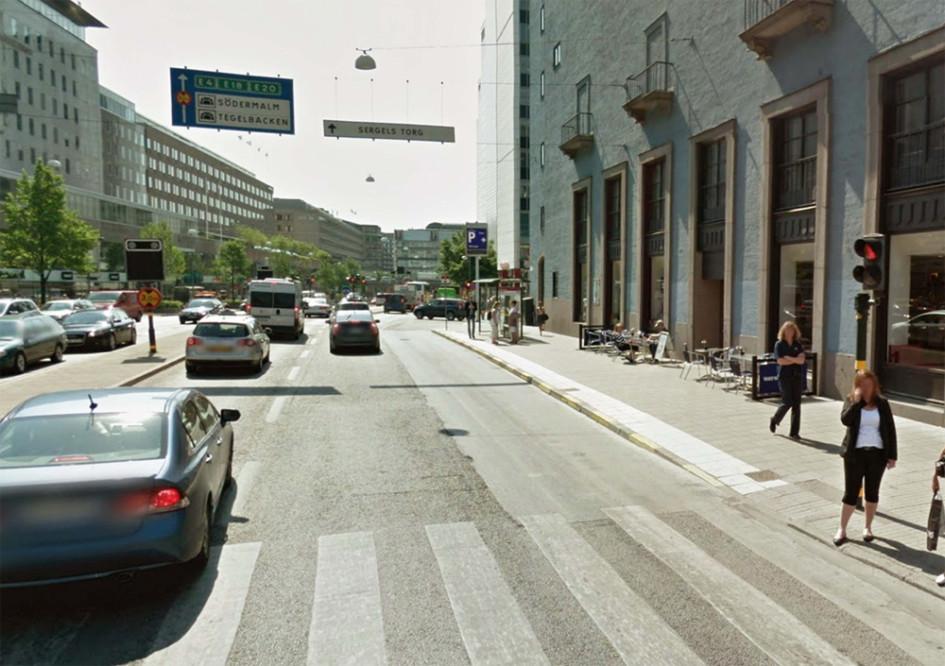 Обозначение при помощи завершения полосы белого цвета спуска на пешеходный переход