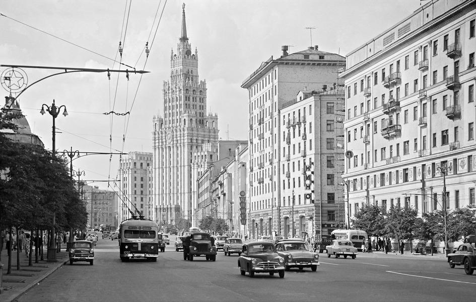Садово-Черногрязская улица. Вид на высотку у Красных Ворот. 1961 год