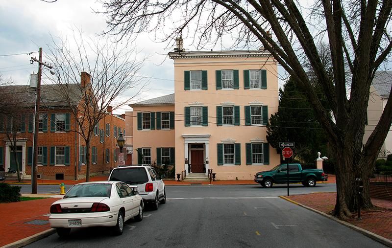 Офтальмолог Джон Тайлер построил этот трехэтажный особняк в 1814 году, чтобы помешать строительству дороги