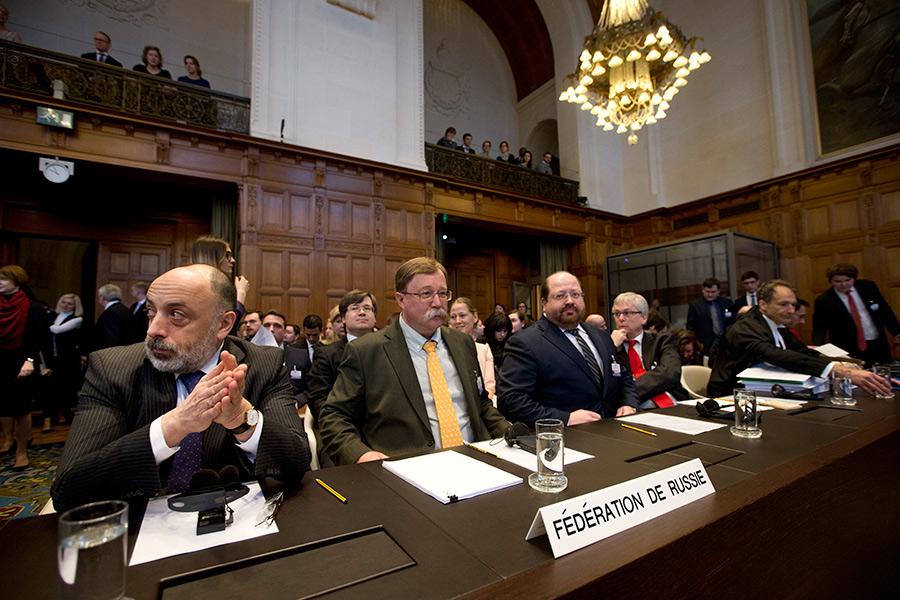 Группа экспертов во главе с директором правового департамента МИДа Романом Колодкиным(слева)в Международном суде ООН
