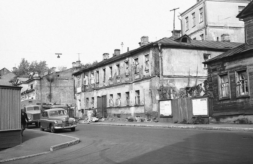 Пересечение улицы Большая Молчановка с Арбатским переулком