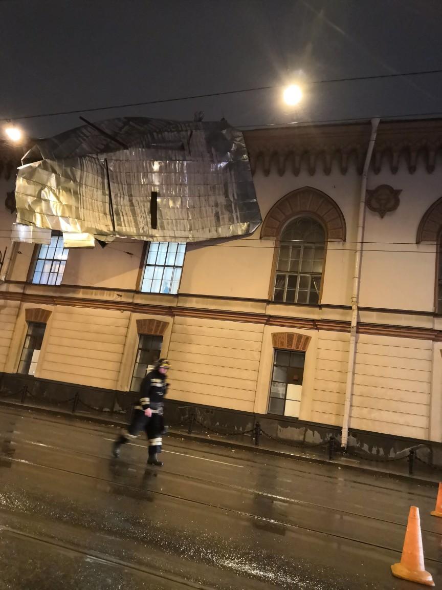 Со здания Михайловской артиллерийской академии сорвало часть крыши