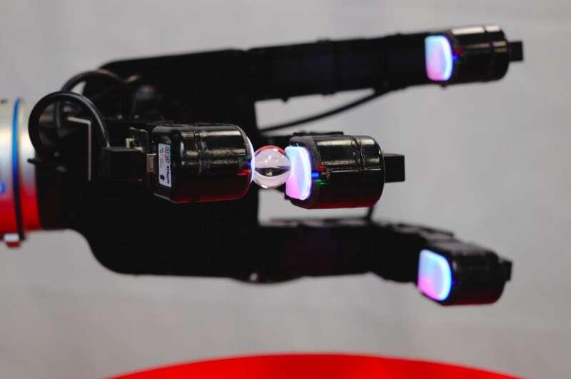 Тактильные сенсоры позволяют этой роботизированной руке манипулировать мелкими предметами, в том числе стеклянными шариками