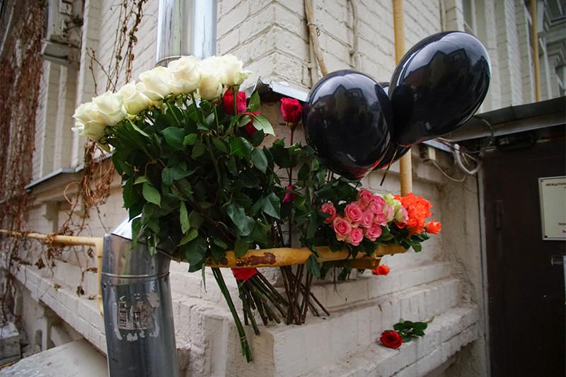 Цветы у здания фонда «Справедливая помощь», которыйвозглавляла Елизавета Глинка (Доктор Лиза)