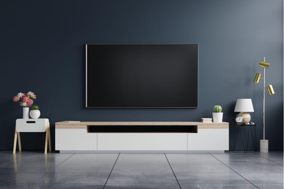 Телевизор лучше расположитьперпендикулярно окну