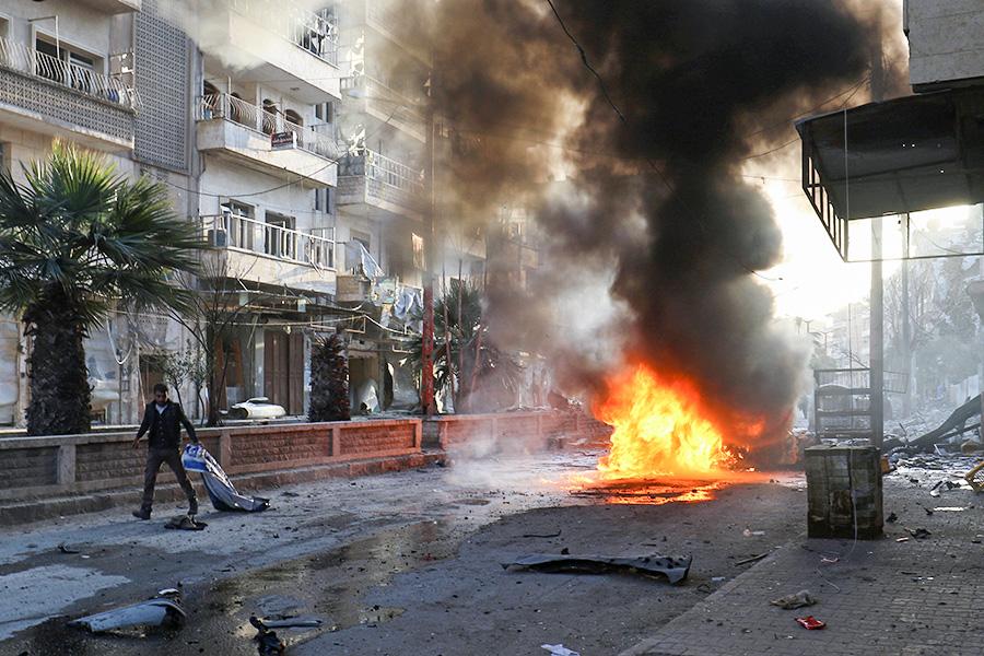 Последствия авиаудара в городе Ариха, провинция Идлиб, Сирия. 25 февраля 2017 года