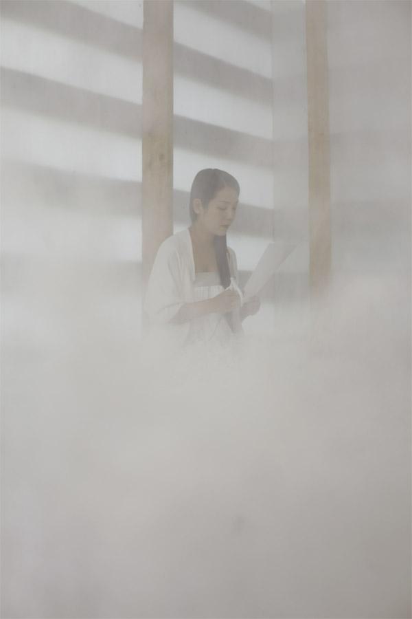 Японская художница  Сашико Абе во время перформанса с ножницами и бумагой