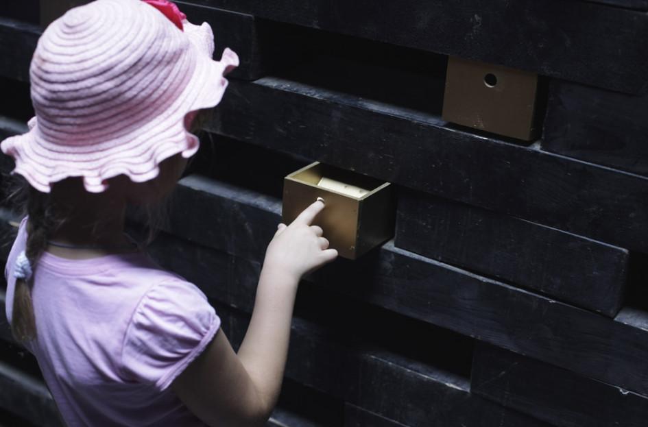 Одно из помещений в арке Бориса Бернаскони, где установлены музыкальные шкатулки, каждая из которых издает свои шумы и звуки