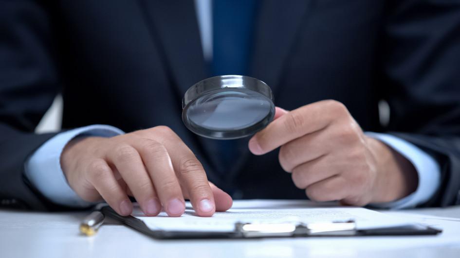 Первое, с чего рекомендуют начать проверку продавца, — это его документы. Также перед покупкой квартиры следует тщательно проанализировать правоустанавливающие документы