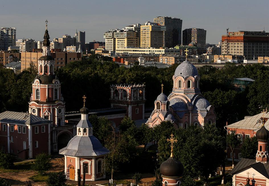 Вид на Донской мужской монастырь и жилые дома Донского района