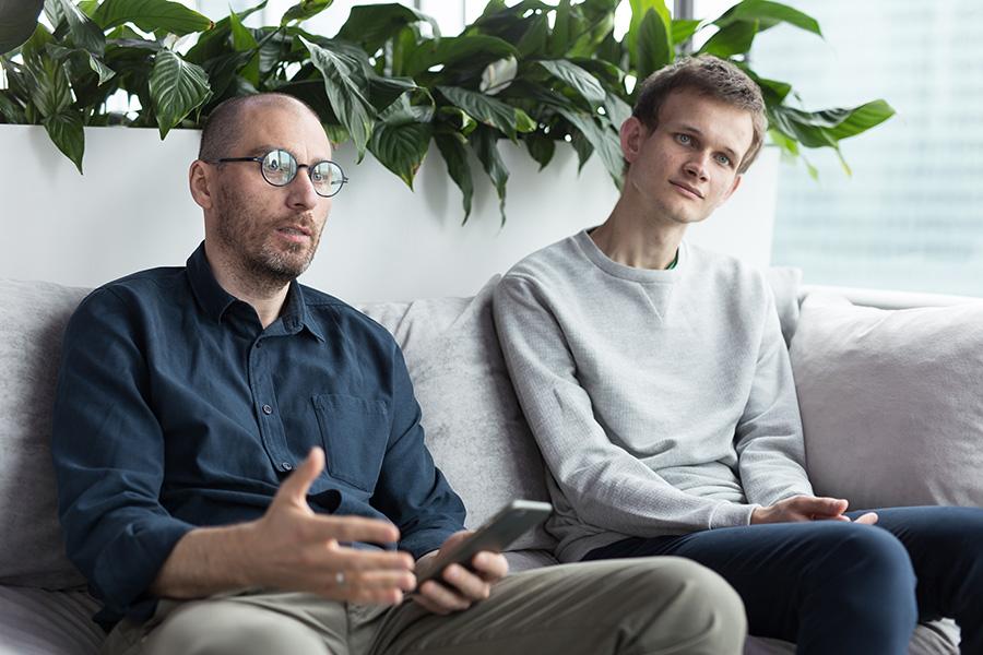 Владислав Мартынов (слева) и основательфонда Ethereum ВиталикБутерин(справа)