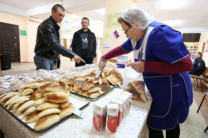 Продажа булочек наодном изизбирательных участков Тулы вединый день голосования