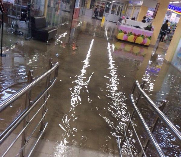 В ТЦ «Солнечный» затопило первый этаж