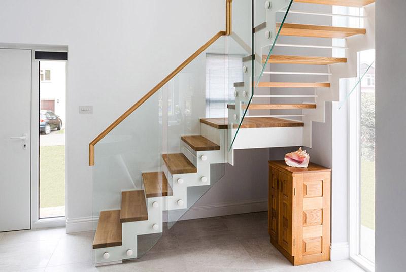 Лестница-зигзаг со стеклянной балюстрадой