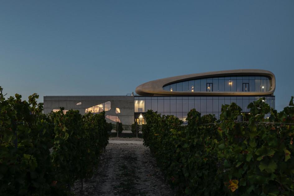 Вид на винодельню со стороны виноградников.