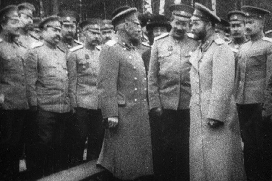 Николай II (на переднем плане справа) иМихаил Алексеев (на переднем плане слева). 1915 год