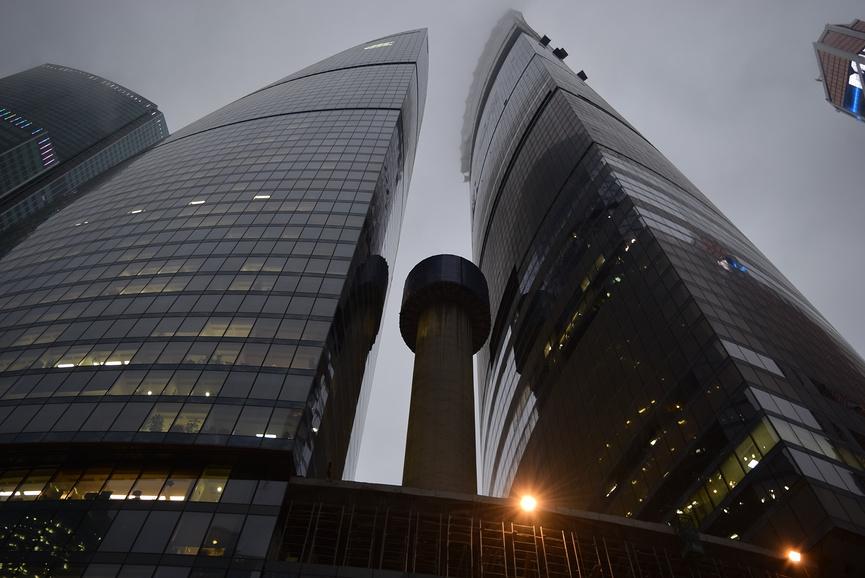 Башня Запад (слева) была сдана в 2008г. Башню Восток достроят в 2016-м