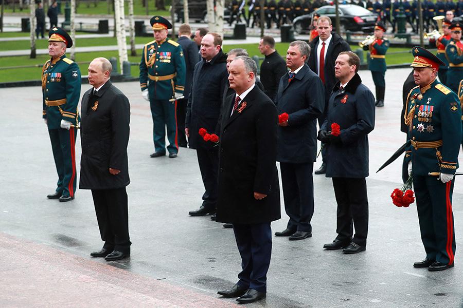 Владимир Путин иИгорь Додон (на первом плане)на церемонии возложения цветов к Могиле Неизвестного Солдата