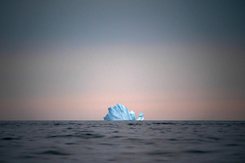 Айсберг уплывает от берегов Гренландии на закате